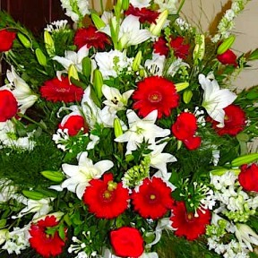 Red & White Table Arrangement